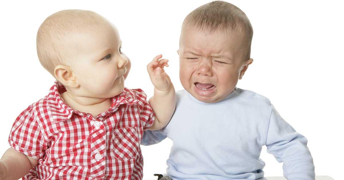babies play fighting